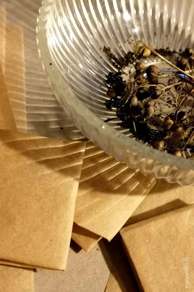 Lakaisupakkausten tekoa Runotalossa, siemeniä pakettiin
