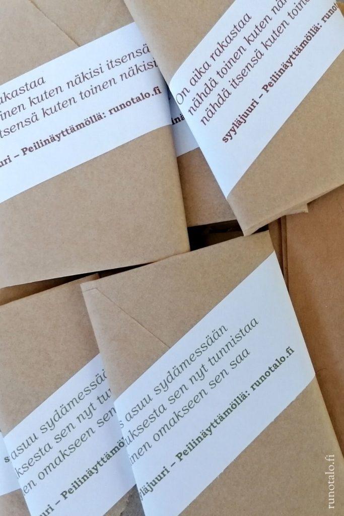 Lakaisupakkausten tekoa Runotalossa, ekosilkkipaperiin käärittyjä voimakorttipakkoja