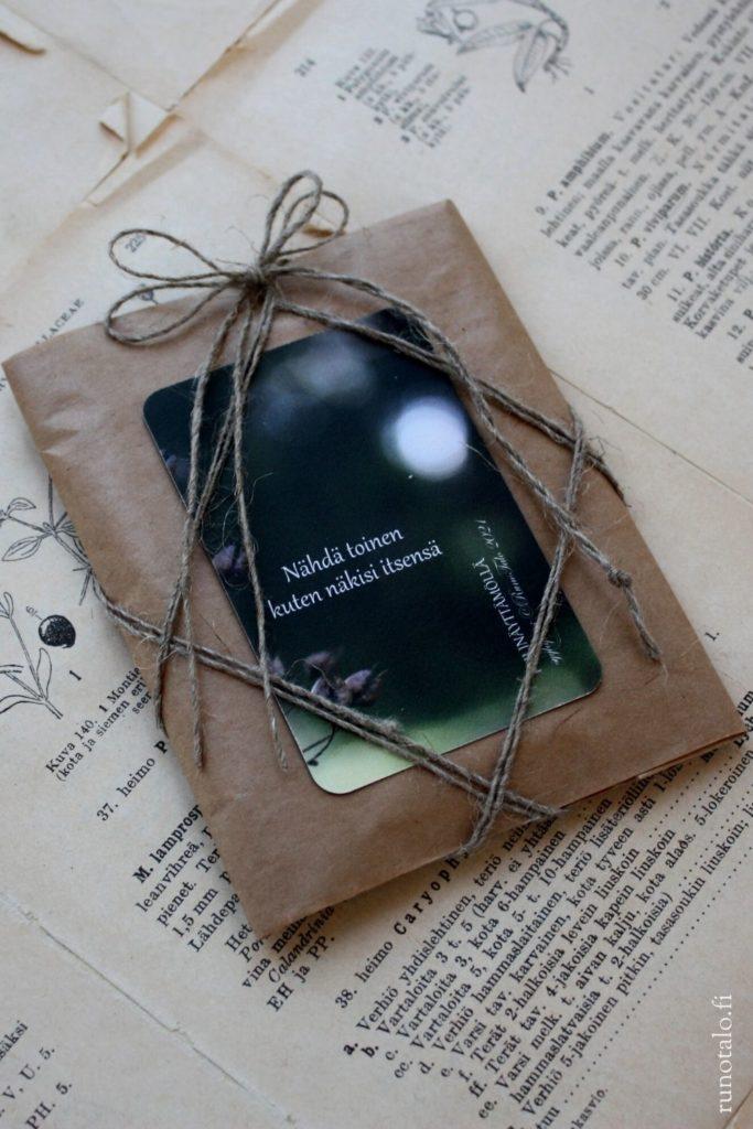 Lakaisupakkausten tekoa Runotalossa, valmis paketti voimakortteja