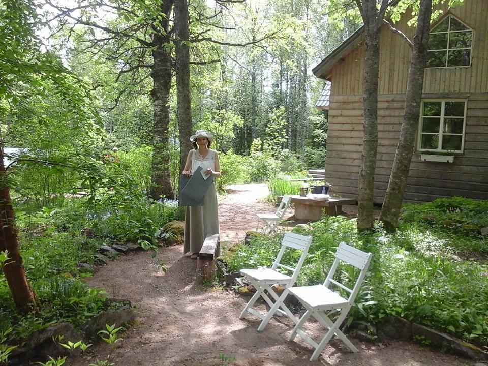 Runotalon Sari voimapuutarhassa - kuva Riitta-Liisa Heino