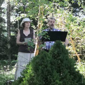 Voimapuutarhapäivänä 2020 Runotalossa Sari ja Juha laulamassa
