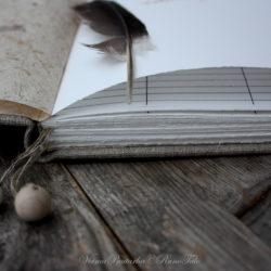 Isot käsintehdyt kirjat