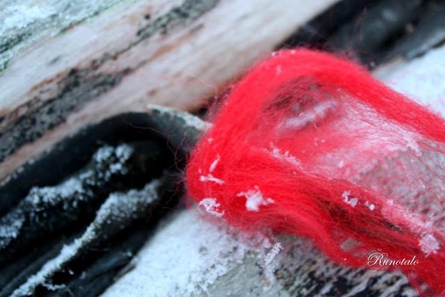 tontulta oli jäänyt punaista huopaa porttipieliin Runotalossa - askartele joulukorttiin jouluruno