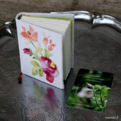 Pienet käsintehdyt kirjat